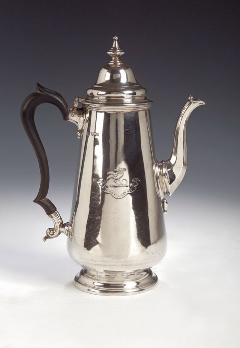 1016: A silver coffee pot, with marks for Goldsmiths &