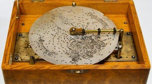 Regina Oak 8-inch Disk Music Box - 5