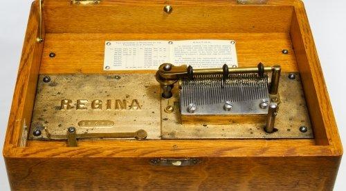 Regina Oak 8-inch Disk Music Box - 6