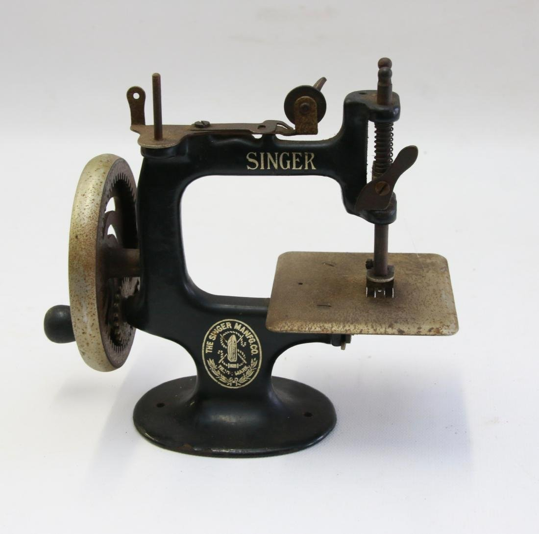 SINGER MINIATURE SEWING MACHINE