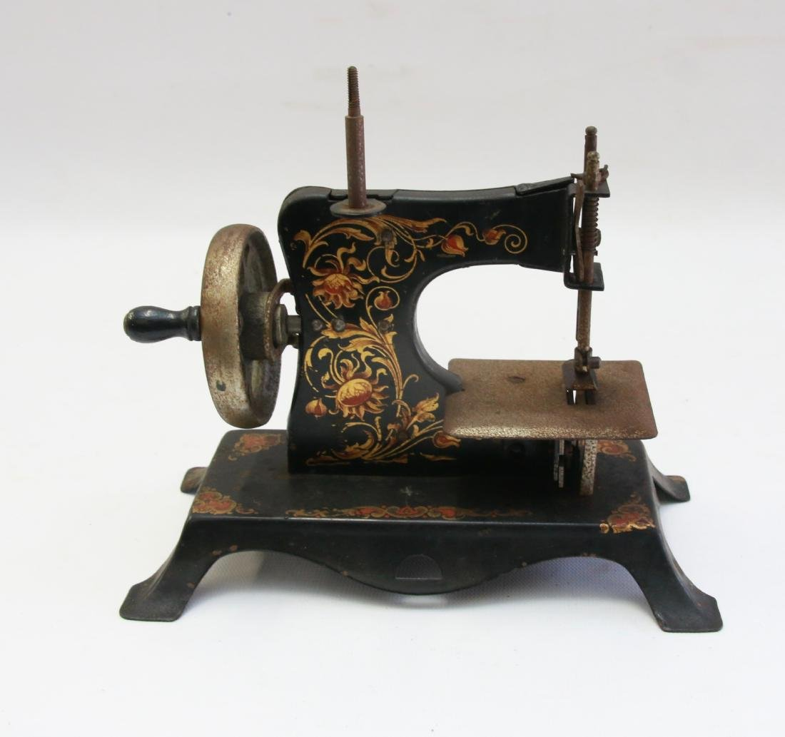 MINIATURE CHILDS SEWING MACHINE