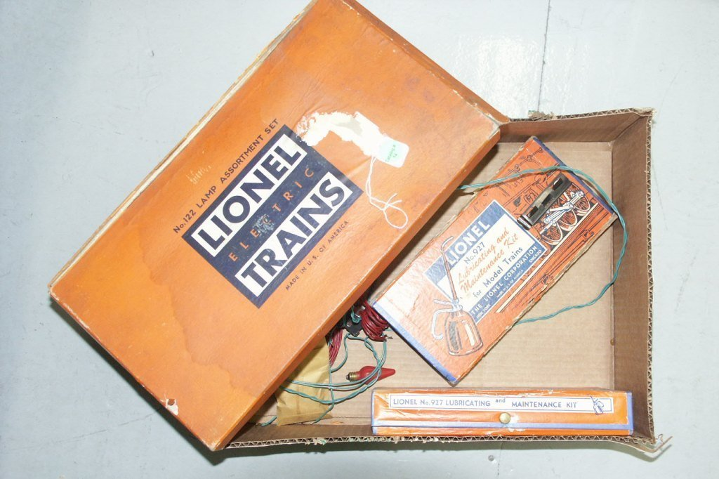 14:    BOX LOT OF TRAIN ITEMS 122, (2) 927, AND MISC PA