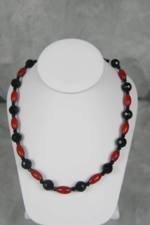 5328: ART DECO RED WOOD AND BLACK JET GLASS BEAD NECKLA