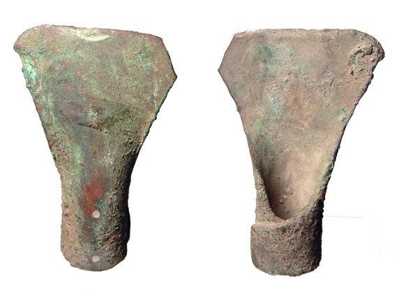 19:  Egypt, New Kingdom, 1575 - 1070 BC. A copper hoe f