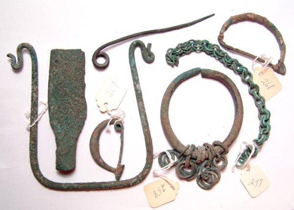23:  Mixed lot of various bronze items from the Leighto