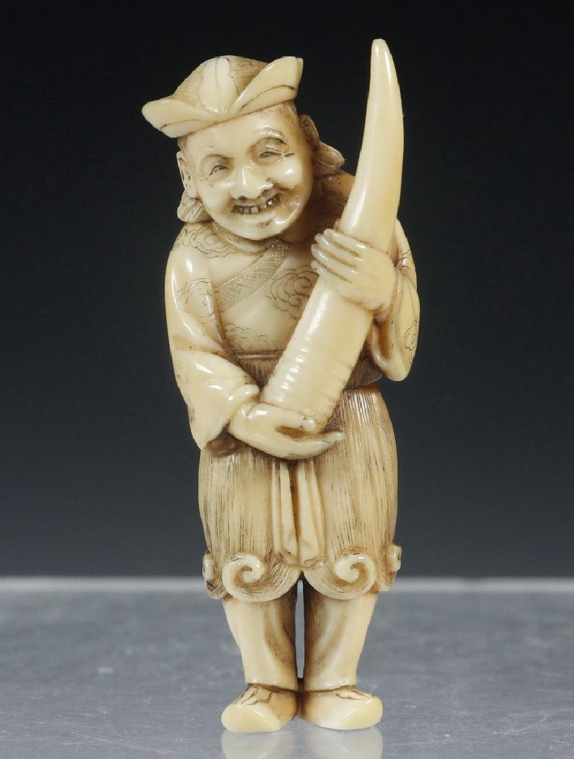 19TH C. JAPANESE CARVED NETSUKE OF A TRADESMAN, SIGNED