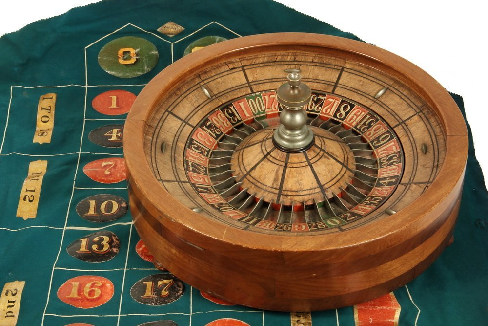 ROULETTE WHEEL & TABLE COVER - Circa 1910s Wooden