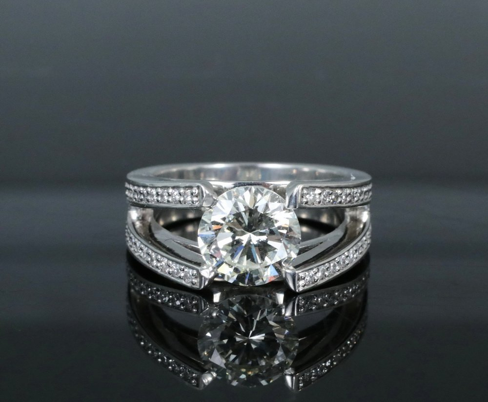 LADY'S RING - Platinum and Diamond Ring, centered with