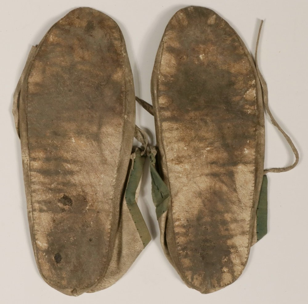 PAIR OF NATIVE AMERICAN MOCCASINS - Plains Indian - 3