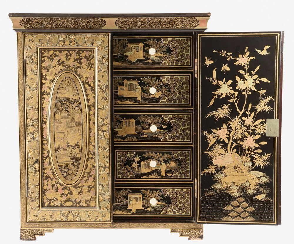 CHINESE MINIATURE COLLECTOR'S CABINET - A diminutive