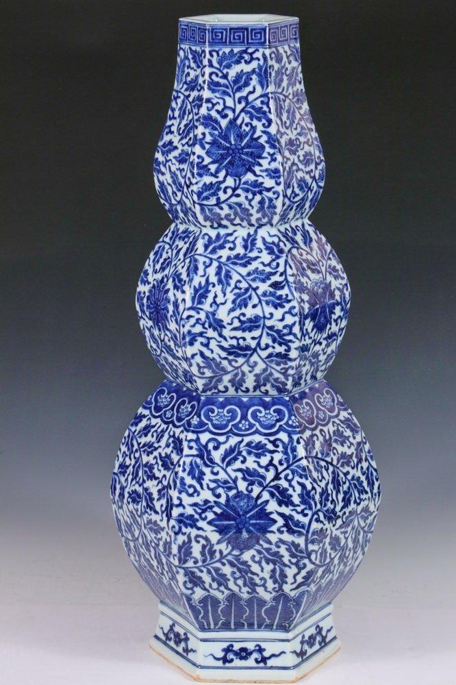 LARGE CHINESE PORCELAIN VASE - Qing Dynasty Blue and