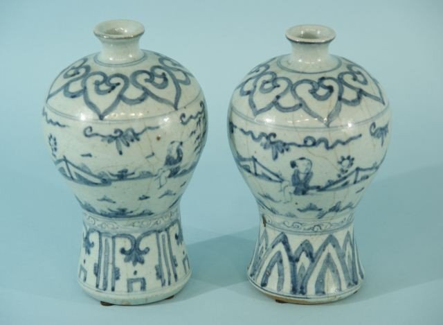 86: PAIR OF ANTIQUE CHINESE BLUE AND WHITE POCELAIN VA