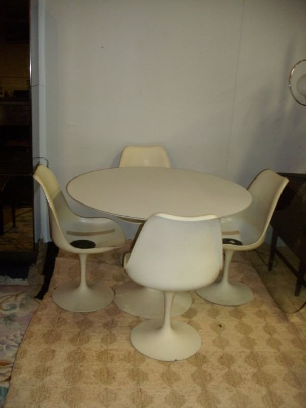 85: KNOLL TABLE AND CHAIRS DESIGNED BY SAARINEN