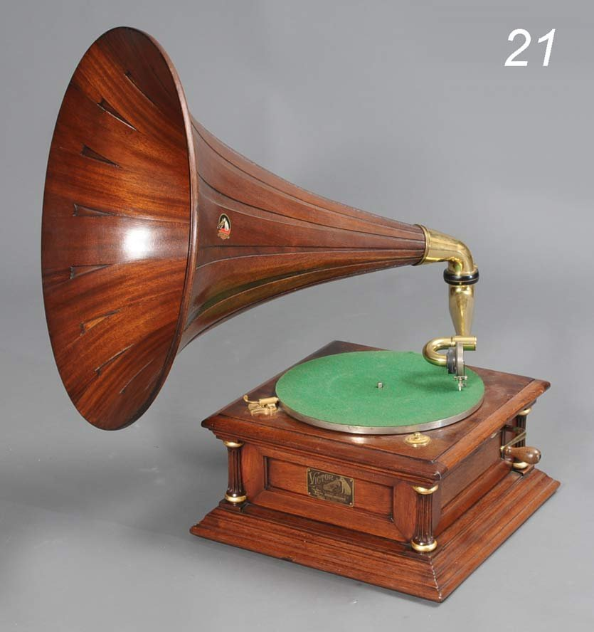 21: VICTOR V PHONOGRAPH with mahogany horn early 20th c