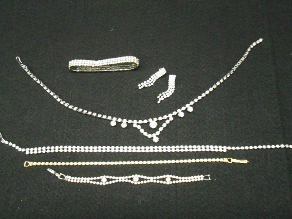 2: 6 PIECES COSTUME JEWELRY