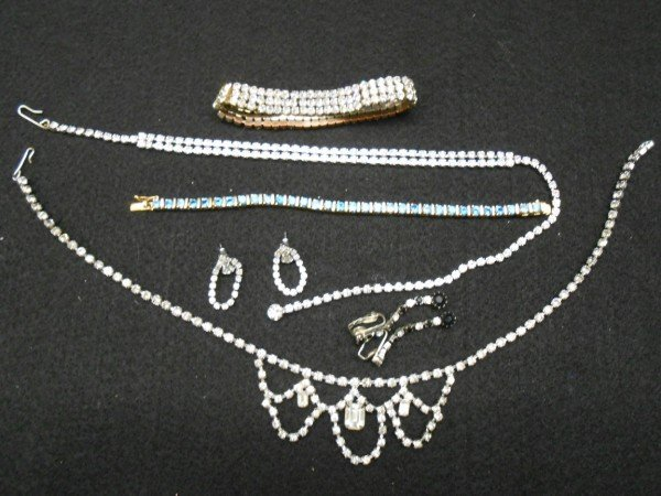 5: 6 PIECES COSTUME JEWELRY