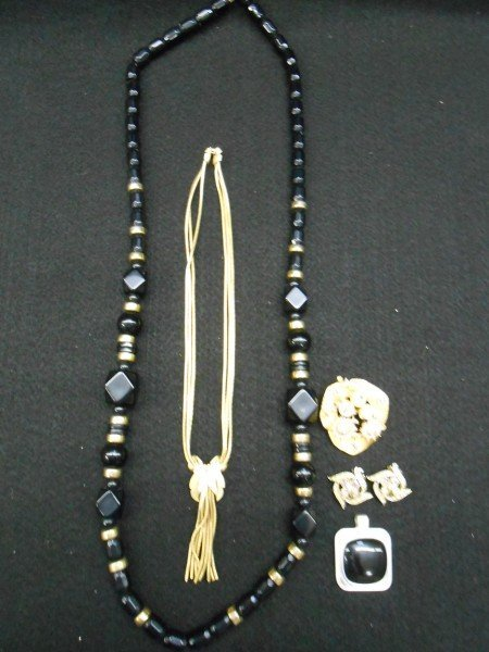 8: 5 PIECES COSTUME JEWELRY