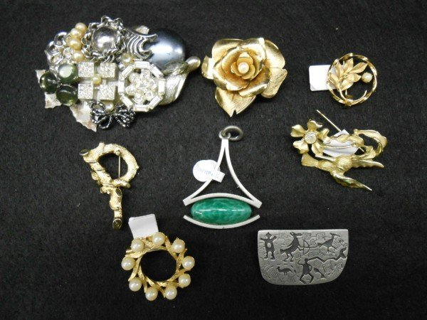 8A: 8 PIECES COSTUME JEWELRY