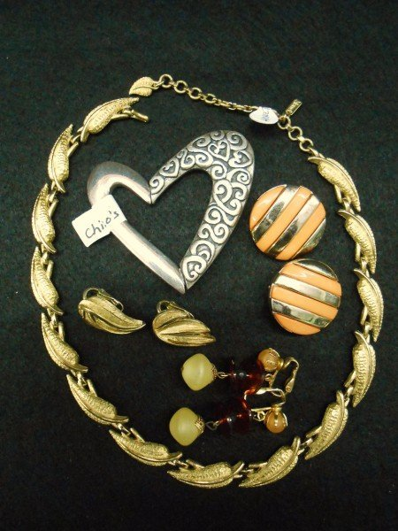 9A: 5 PIECES COSTUME JEWELRY