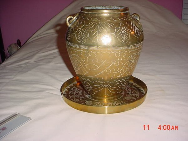"""2506238: vase,  with platter, """"China"""",  brass"""