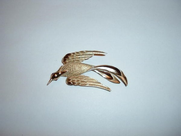 2518328: TRIFARI  Marked Large Goldtone Bird Brooch
