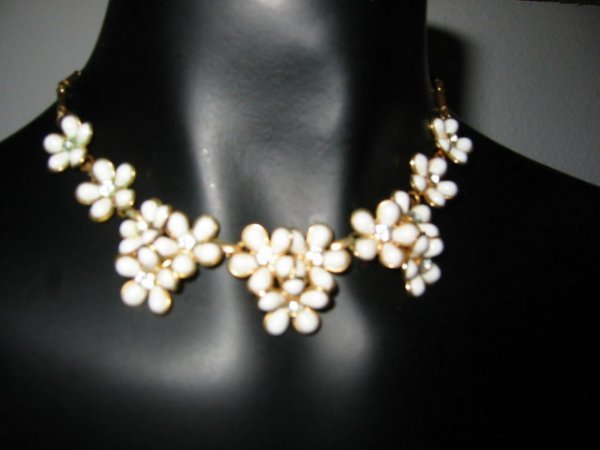 2518362: Vintage White Petal Necklace Matcing Earrings