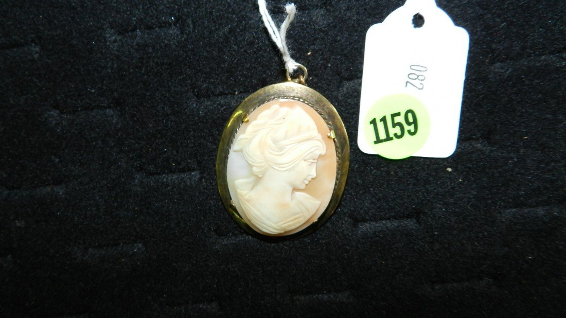 1159: vintage carved cameo brooch / pendant