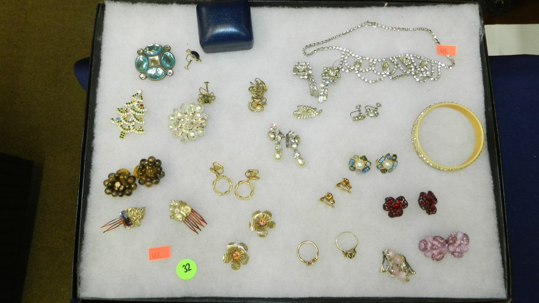 32: collection of mid century jewelry no tray