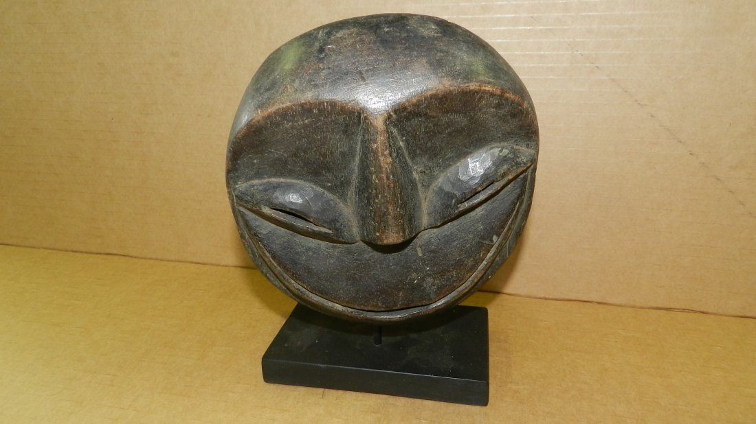 5317) Small Central African carved mask on stand. 7