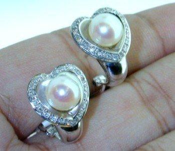 23: 14K White Gold Diamond Earring