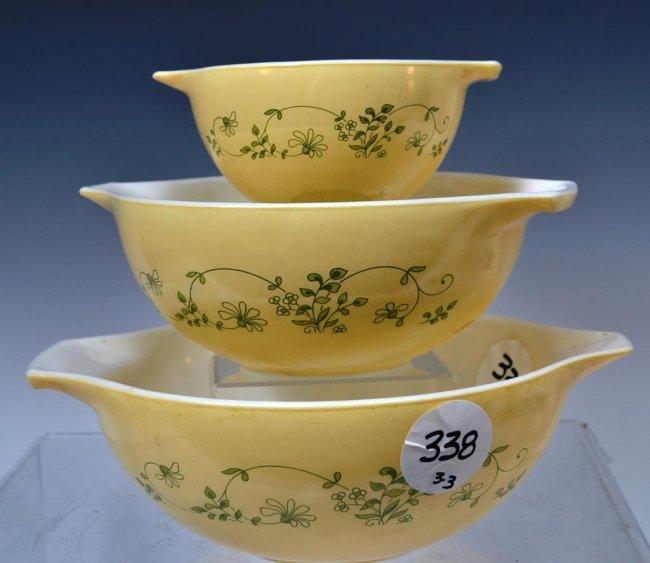 Vintage Pyrex Mixing Bowl Set in Yellow : Lot 338