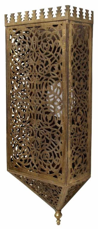 450: LARGE ORNATE MOROCCAN BRASS ARABESQUE WALL SCONCE : Lot 450