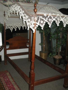 115 pr antique pencil post beds w fishnet canopy twin