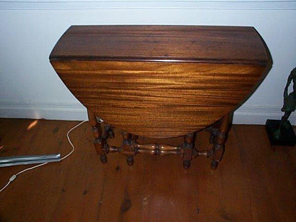1128: Walnut drop leaf gate leg table, with a drawer. c : Lot 1128