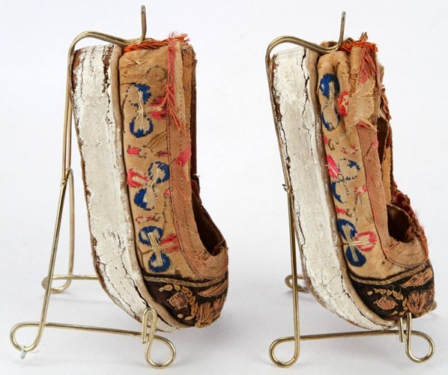 ANTIQUE PAIR OF CHINESE FOOT BINDING SHOES : Lot 1172